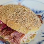 Burgere med pulled pork, coleslaw og syltede rødløg